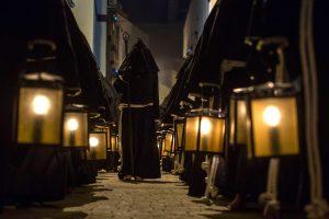 nazarenos con túnica negra