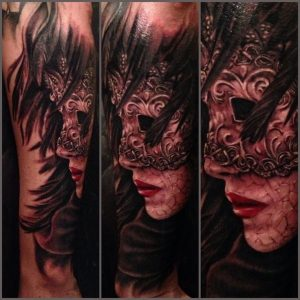 Tatuaje antifaz con plumas James Strickland Ventura