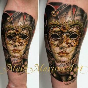 Tatuaje mascara veneciana dorada Moni Marino