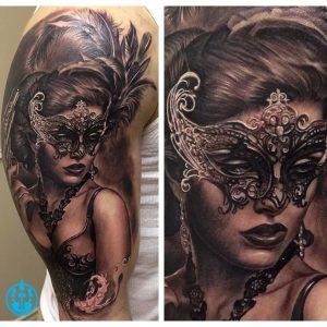 Tatuaje señorita con antifaz