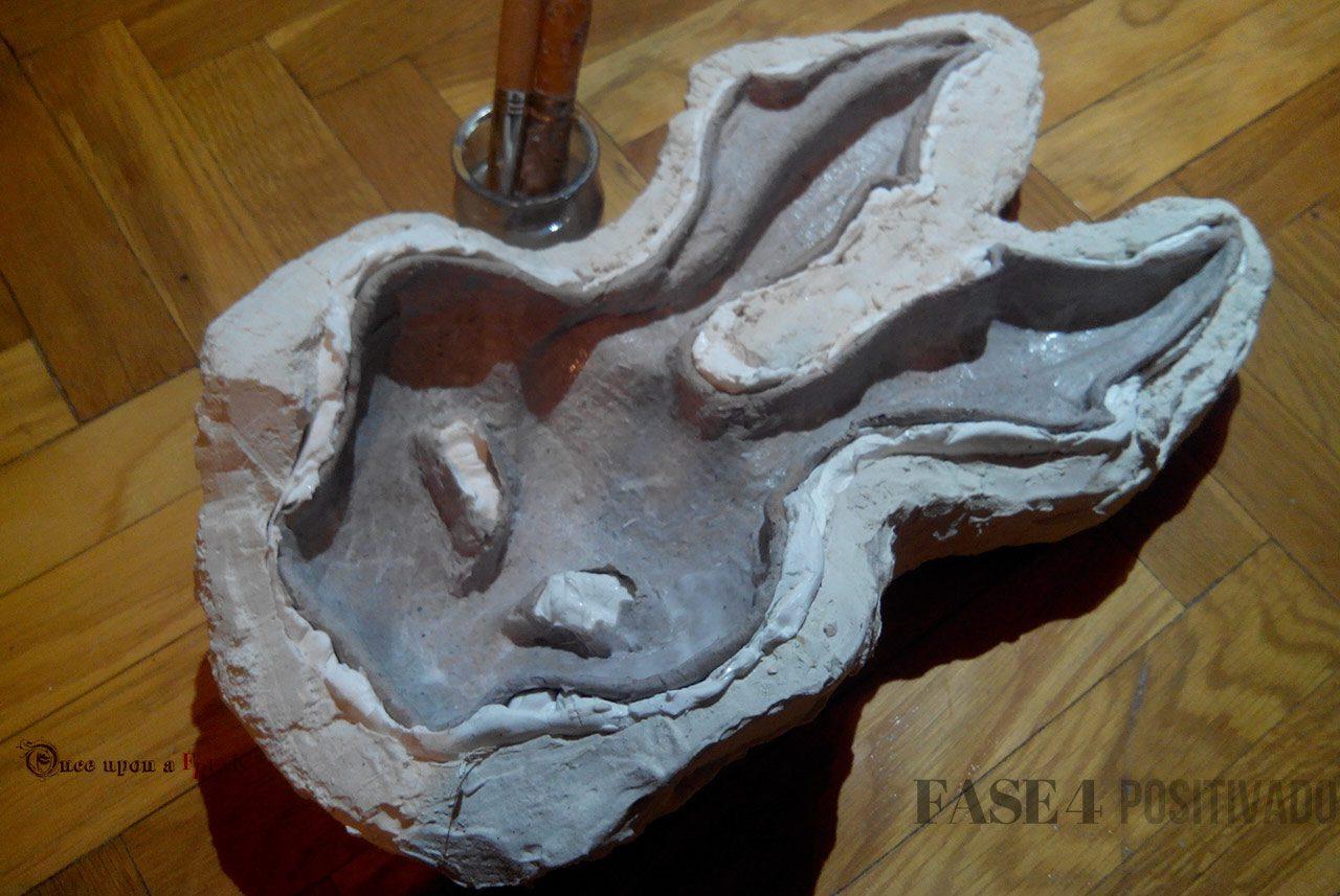 mascara conejo papel mache en molde