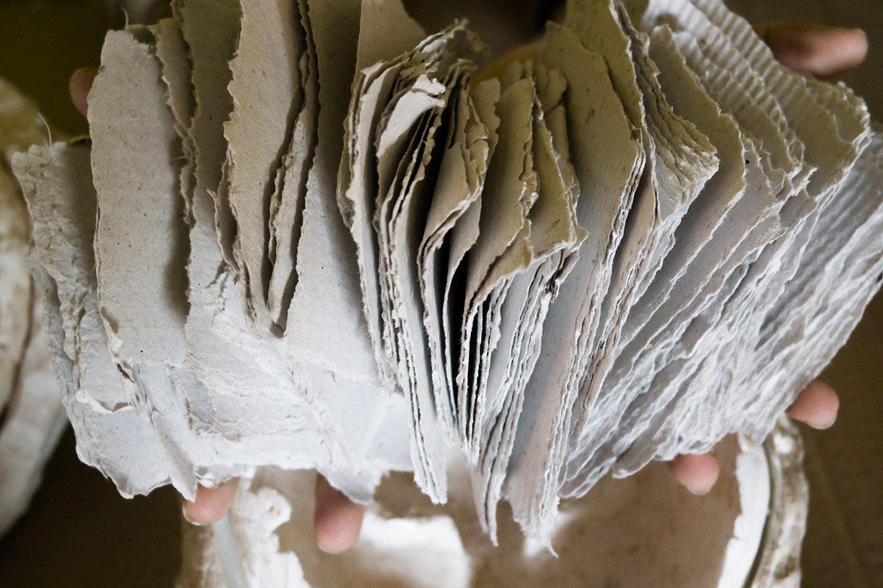 los trozos de cartón de falla que usamos para hacer a mano nuestras máscaras venecianas mediante la técnica de la cartapesta