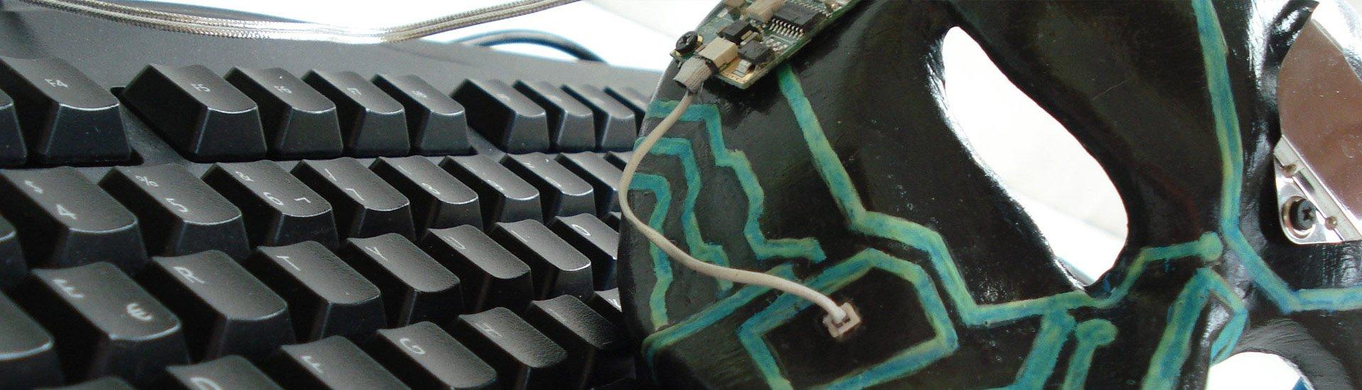 mascara veneciana gato cyberpunk sobre teclado